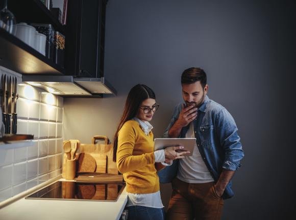 Couple choisissant son logement grâce à Imagin'home