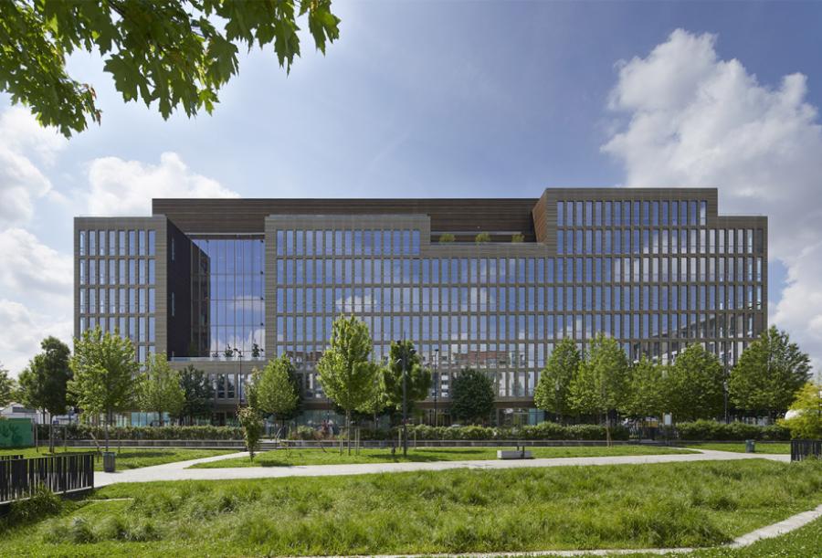 Façade de l'immeuble de bureaux Pulse, sur la place du Front Populaire à Saint-Denis